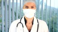 Weibliche Chirurg Sie sich in die Kamera