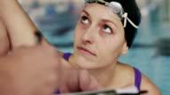 Femmina nuotatore e il suo coach
