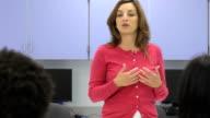 Weibliche Lehrer Interaktion mit Gruppe von Studenten