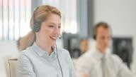 PAN weibliche Telefonist Gespräch mit einem Kunden