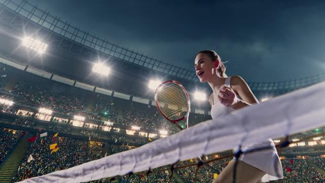 Professionele tennisspeelster in actie tijdens het spel