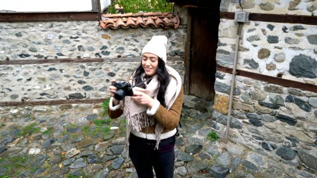 Weibliche Touristen zu Fuß auf kleine Dorfstraßen