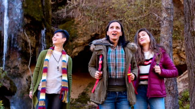 Kvinnliga turister beundra naturen