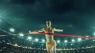 Vrouwelijke track & field runner kruist finish
