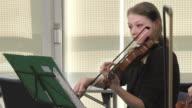 HD: Donna di violinista che giocano In Classe Musica