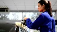 Operaio femminile lucidare un'auto