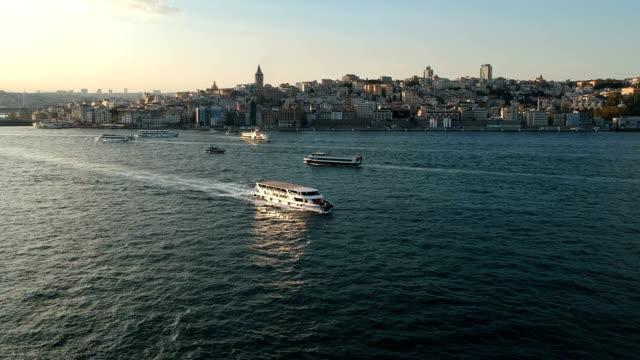 Veerboten in de Bosporus en Galata District van Istanboel, Turkije