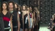 Fiel a su ADN Versus Versace presento el domingo en la Fashion Week de Londres una coleccion primavera verano osada y sexy