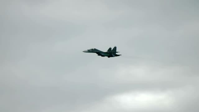Jagdflugzeug fliegen schnell in den Himmel