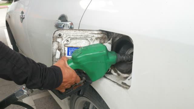 gevulde brandstof in auto