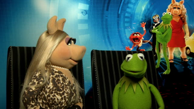 'Muppets Most Wanted Miss Piggy and Kermit interview ENGLAND London INT Miss Piggy and Kermit interview SOT