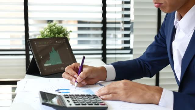 Finanzanalysten siehe Diagramme und Grafiken auf Papier Dokument