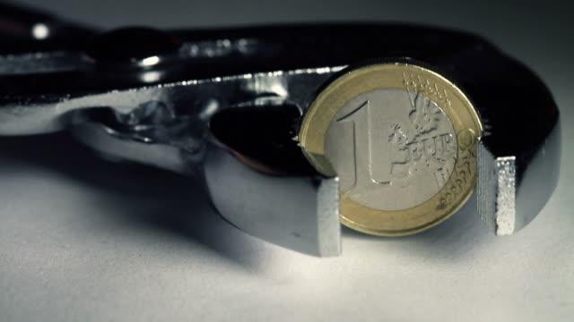 Financial Crisis und Euro: Münze Halten Sie in einem Schraubstock