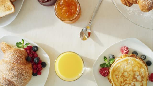 Finemente disposto tavolo per la prima colazione
