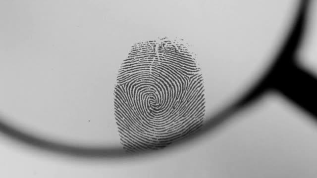 Fingerabdruck mit Vergrößerungsspiegel