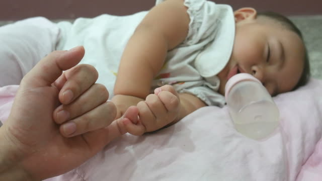finger's mother promise with baby sleep