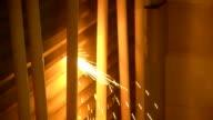 Feuer ist dabei entfacht durch Schneiden Metall in Bau