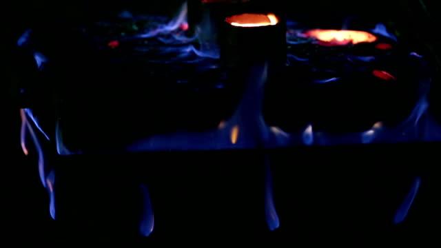 Feuer von Schmelzen Metall in der Gießerei
