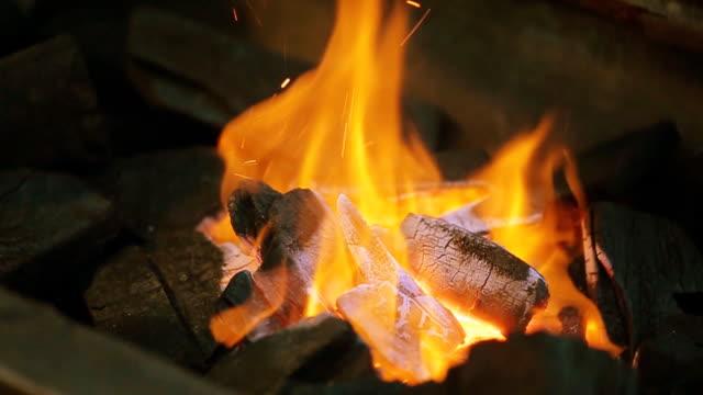 Firewoods burns im Feuer