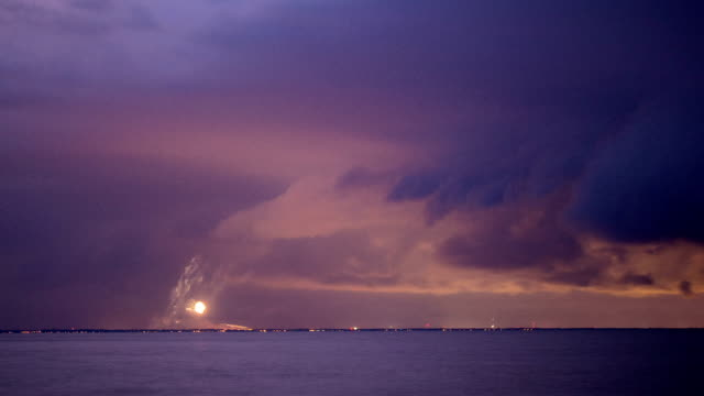 Vuurwerk op Lake Erie en Storm tijdens zonsondergang - time-lapse