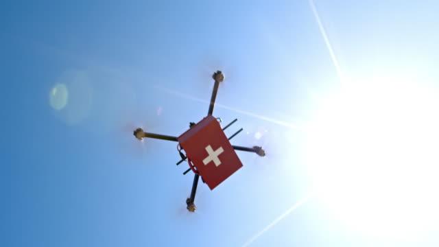 Eerste hulp kit langs de zonnige hemel door een drone uitgevoerd
