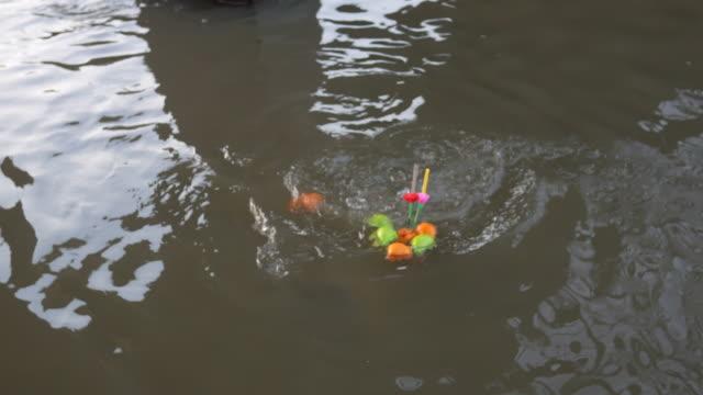 Fisch essen schwebenden Korb in Loy Krathong fest