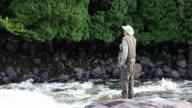 Fischer Fliege Fischen im Fluss bei Sonnenaufgang
