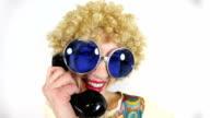 Fischaugen-Hippie sprechen auf alten Telefon