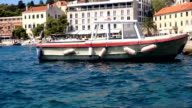 Angelboot/Fischerboot im Hafen angedockt