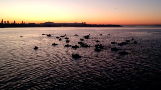 Vissersboten op de Bosporus, Istanbul in de vroege ochtend