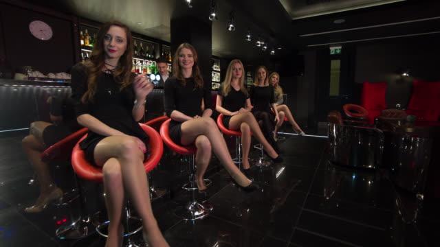Fünf Frauen sitzen in der bar