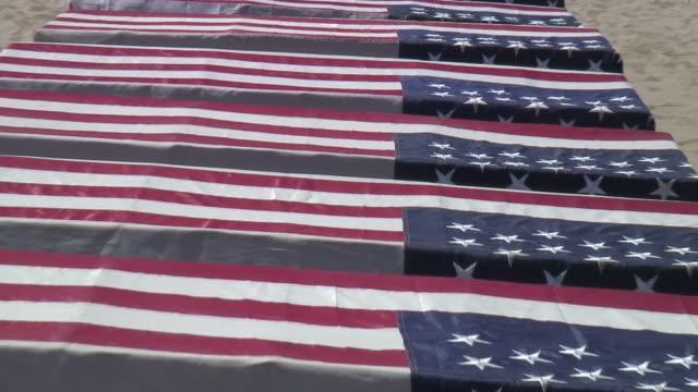 (HD1080) USA Flagge: Militär Coffins auf Anzeige, Zoom Out