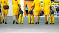 Flight Crew zu Fuß in Flughafen
