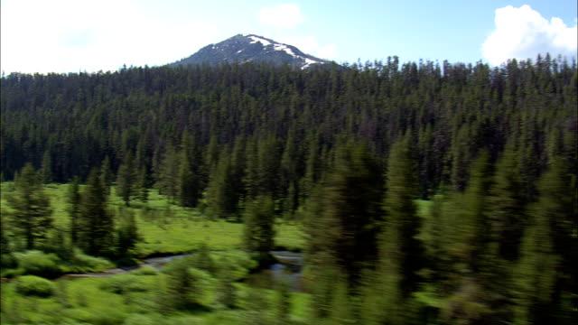 Vlucht lage verleden Stream - luchtfoto - Wyoming, Park County, helikopter filmen, luchtfoto video, cineflex, tot de oprichting van schot, Verenigde Staten