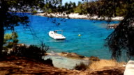 Schwimmende Boot am wilden Strand