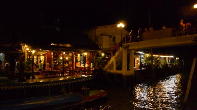 Schwimmender Markt in der Nacht