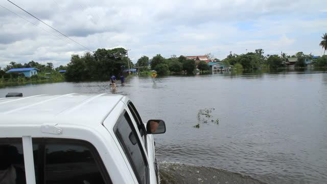 Alluvione flusso su strada