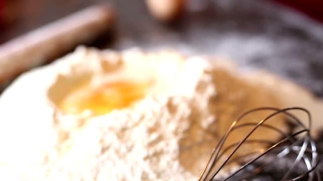 Mehl in Schüssel mit Eiern und rolling pin