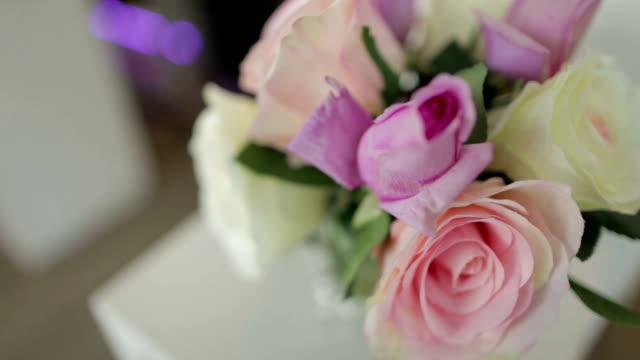 Bloemenvaas op tafel thuis