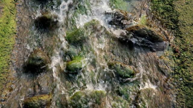 Stromend water van de beek