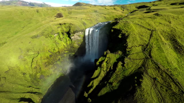 Vliegen over Skogafoss waterval in IJsland