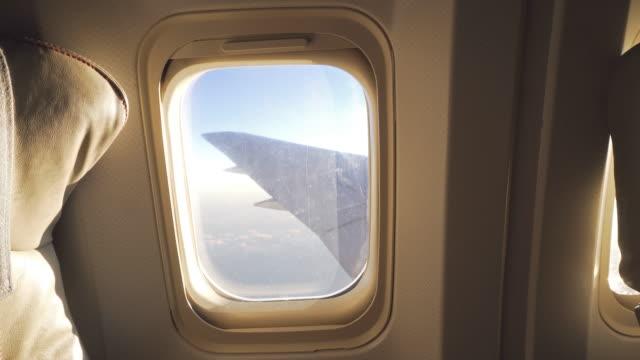 Opvliegende hoog in de lucht, door vliegtuigen raam uitkijken