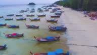 Fliegen über saubere Meer und die Insel bei Sonnenauf- oder Sonnenuntergang