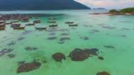 Flug über saubere Meer und die Insel