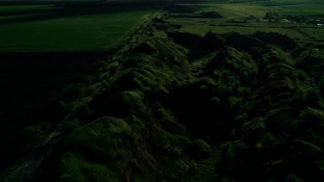 Flug über grüne Hügel in der Nähe von Schlacke Deponie