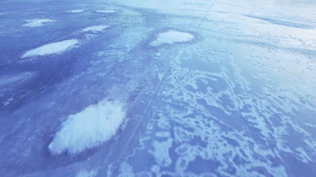 Flygande över isen på vintern
