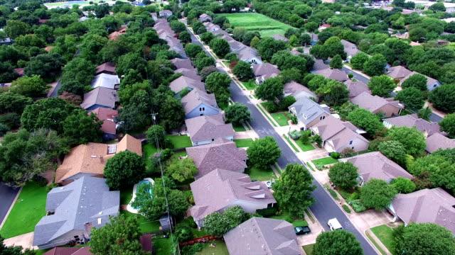 Luchtfoto: Flying Over lokale Austin Texas huisvesting Complex met natuurlijke bomen en Texas Heuvelland voelt steun