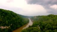 Flygande över River Valley i åskväder