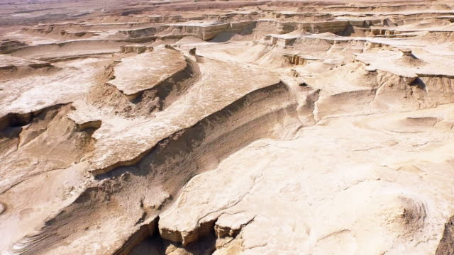 Vliegen over zand golven van de waterloze woestijnen.