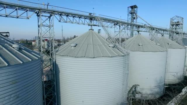 Vliegen over silo-opslag